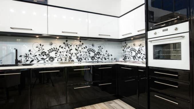 Küche mit starken Kontrasten