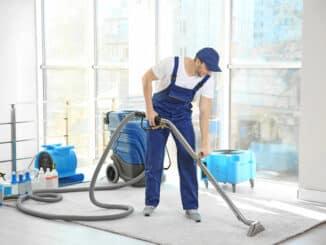 Industriesauger kommt auf Teppich zum Einsatz