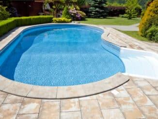Moderner Pool im Garten