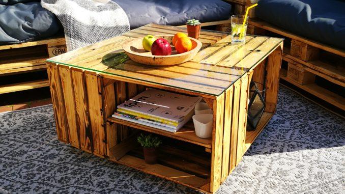 Tisch aus Holzkisten