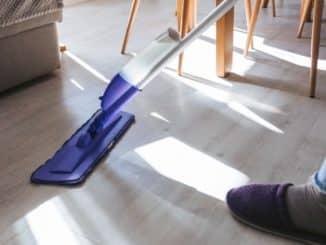 Der Fußboden wird gewischt