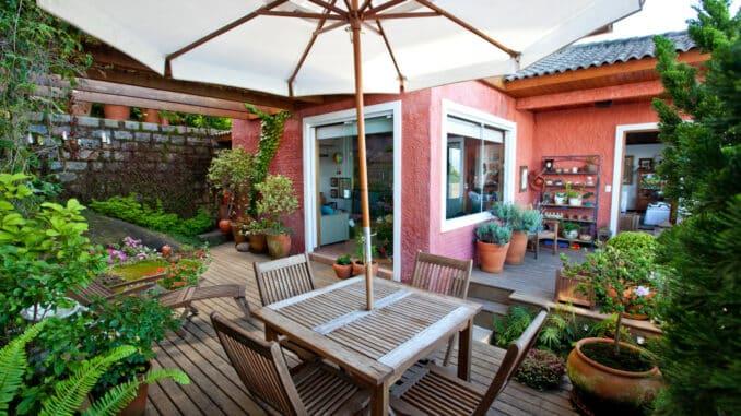 Großartige Terrasse mit tollen Holzmöbeln